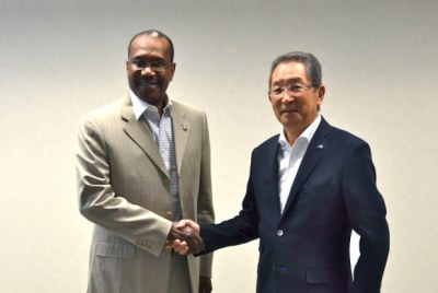 Dr. Hamadoun I. Touré, Secretary General of ITU (left) and Dr. Miyahara, President of NICT (right)